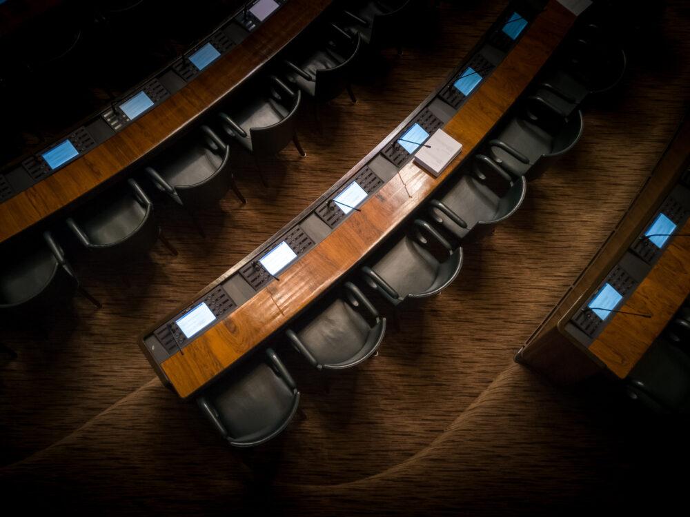 Eduskuntatalon istuntosali yläpuolelta. Kuva Joakim Honkasalo.